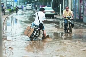 水管不堪重负爆裂 6000居民一度断水